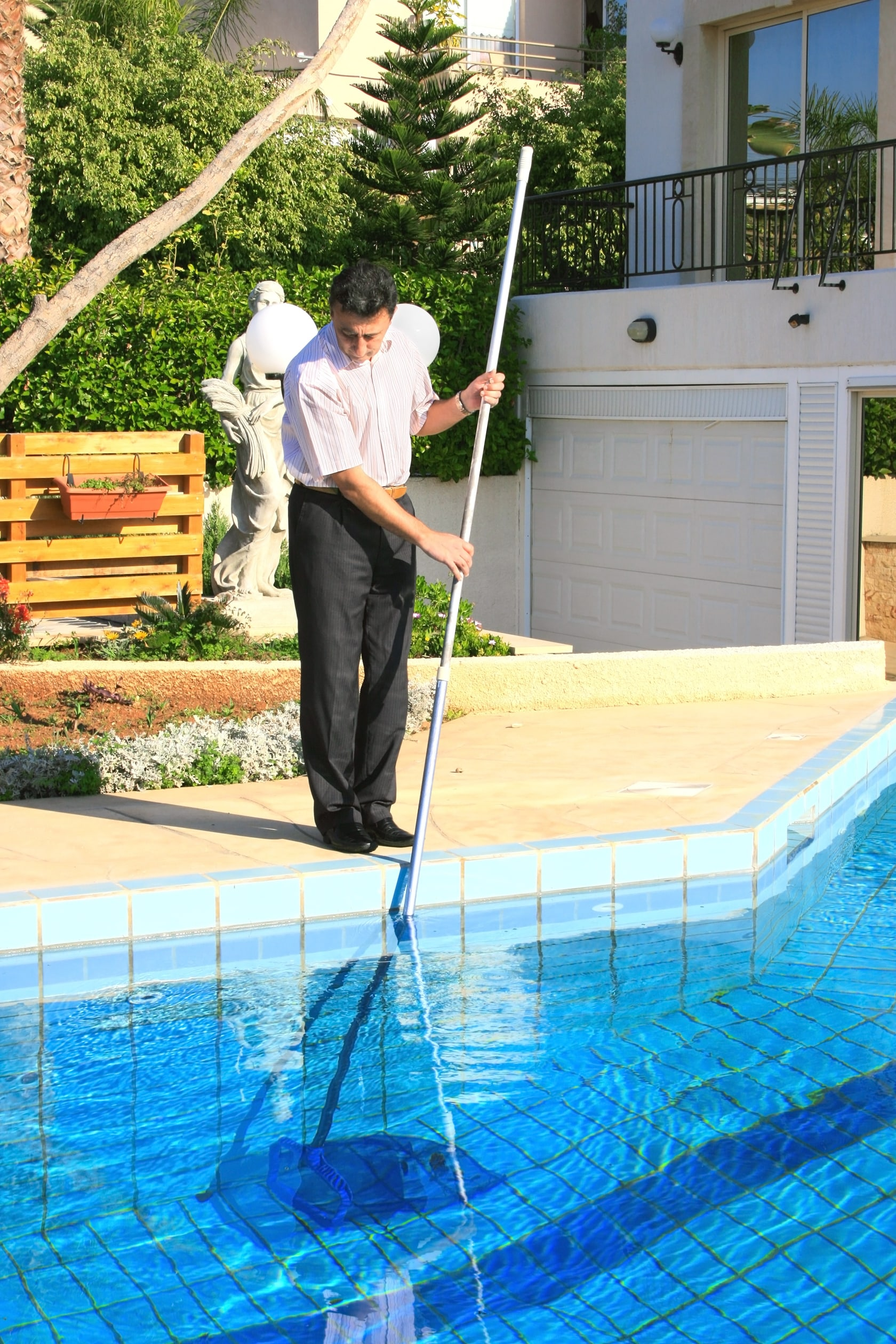 Pool maintenance 101 how to clean a pool in 5 easy steps for Pool service